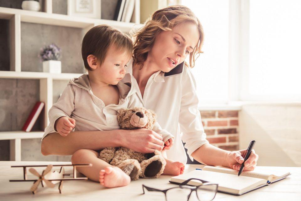 mamă și lucrează de acasă cum să tranzacționați știrile în opțiuni binare